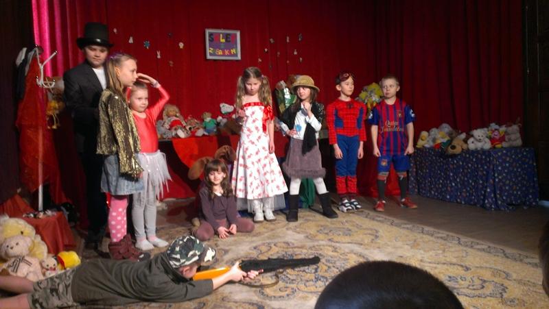 """""""Sklep z zabawkami"""" czyli pierwszy występ młodszej grupy teatralnej"""